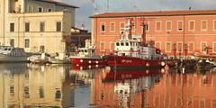 Livorno porto (Va e VIENI) Tags: art ambrosioni porto livorno vigili barca molo mare riflessi rosso