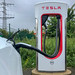 Supercharger Ladesäule für E-Autos: Tesla Model 3 lädt an der Stromtankstelle in Erftstadt, NRW