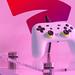 Weißer Google Stadia Controller auf Display auf der Gamescom Messe für digitale Spielkultur