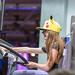 Mädchen mit Pikachumütze spielt den American Truck Simulator mit großem Lenkrad, auf der Videospielmesse Gamescom