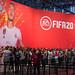 Gamer vor dem Electronic Arts Stand, um das Fußballspiel FIFA20 auf der Gamescom zu zocken