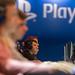 Besucher der Gamescom testen Videospiele auf der Playstation 4