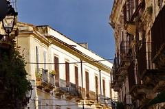 388 Sicile Juillet 2019 - Syracuse, Ortigia, les balcons Via Castello Maniace (paspog) Tags: sicile sicilia sicily ortigia syracuse juli july juillet 2019 balcons balconies balcony balkonen viacastellomaniace