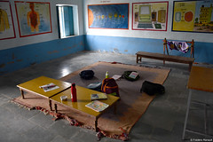 Salle de classe (P-ZiB) Tags: salledeclasse peinture ecole table tapis sac rajasthan inde