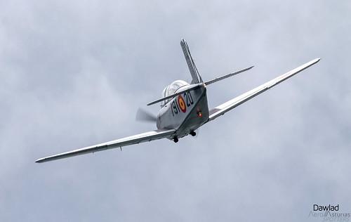 T34 Mentor volando hacia las nubes