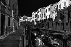 Passer dans l'ombre d'une belle fin de journée... (Stéphane Désiré) Tags: venezia venise dorsoduro riodeleromite fondamentaemerite fondamentaborgo gondole gondolier touriste noiretblanc momenttranquille cielbleu findejournée eau canal bateau ville contraste ombre 28mm