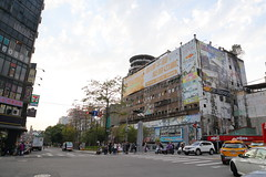 IMG_0331 (Ethene Lin) Tags: 台中 千越大樓 大樓 白雲 木棉 交通號誌