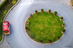 nicht mehr alles im grünen Bereich (otto.hitzegrad) Tags: streetlife strasse feuerwehr rund beet blumenkübel notarzt rettungswagen grüner bereich