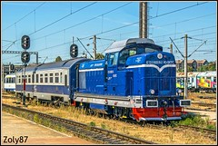 92-53-0-80-0516-2 (Zoly060-DA) Tags: romania country cluj napoca city county cfr calatori passenger service 040 dhc 516 class 80 2 shunting locomotive built faur bucuresti u23a factory bo hydraulic 1250 hp repaired repainted remarul 16 februarie works new paint scheme ldh carrige rail rails line lines grass sky blue white red grey yellow platform signs signals brown depot monocabine diesel