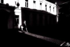На свету (olegkulishov) Tags: улица контраст bw монохром свет городской пейзаж минималим жанр