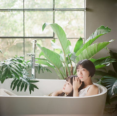 (有喵的生活) Tags: rolleiflex 28f carl zeissfujifilm pro400h tlr 120 6x6 square 負片 taichung taiwan 台灣 浴缸系列 portrait bokeh light 省子 小荳 lesbianeroticism nymphette bathtub