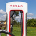 Tesla Model 3 beim Aufladen an der Supercharger Schnellladestation in Wilnsdorf