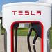 Nahaufnahme einer Tesla Supercharger Ladestation