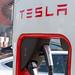 Nahaufnahme einer Tesla Ladesäule für Typ-2-Stecker für E-Autos