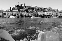 φύγαμε... (Love me tender ♪¸.•*´¨´¨*•.♪¸.•*´) Tags: dimitrakirgiannaki nikond3100 photography greece poros island saronic onboard onboat water waves summer sea seascape architecture blackandwhite sunset
