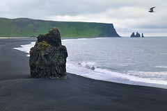 SPIAGGIA NERA (ADRIANO ART FOR PASSION) Tags: islanda islande iceland vacanze spiaggia mare sea sabbia sabbianera blacksand myrdalsandur nikon nikond7200 holiday roccia rock 35mm