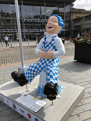 Oor Cabbie (syf22) Tags: wullie oorwullie boy lad laddie loon loony scot scottish sculpture model art craving depict fun amuse bucket bellyoflaugh charity aberdeen symbol heritage iconic wee sundaypost auchenshoogle fictional sitting upturn dungarees artistry display artwork helpmaboab crivvens modelling cast figurine trail jings oorcabbie16