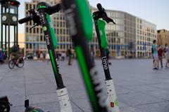 Lime (Pascal Volk) Tags: berlin mitte potsdamerplatz berlinmitte escooter etretroller motorizedscooter electrickickscooter patineteeléctrico bokeh dof depthoffield green grün verde sommer summer verano canoneosr canonrf35mmf18ismacrostm 35mm dxophotolab