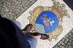Reiter (Atreides59) Tags: berlin germany allemagne street rue pied foot pieds feet bleu blue jaune yellow histoire history pentax k30 k 30 pentaxart atreides atreides59 cedriclafrance deutschland urban urbain