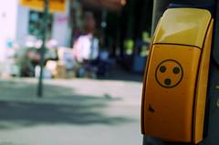 Surprise sur prise (Atreides59) Tags: berlin germany allemagne deutschland street rue jaune yellow urbain urban pentax k30 k 30 pentaxart atreides atreides59 cedriclafrance