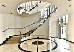 Erdgeschoß Zürichhaus (petra.foto busy busy busy) Tags: zürichhaus bürohaus gebäude treppenhaus treppe treppenauge treppengeländer inside city stairs architektur stockwerk fotopetra canon eosrp