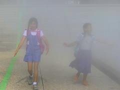 Fillettes dans le brouillard-001 (Raymonde Contensous) Tags: parisladéfense lesextatiques2019 bassintakis brouillard fillettes enfants personnes streetlife fog