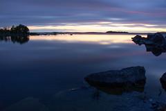 Le jour se lève sur le Connemara - Dawn on Connemara (gopillentes) Tags: irlande connemara loughcorrib oughterard lac lake aube dawn longexposure minimalisme ireland rochers rocks water eau pauselongue