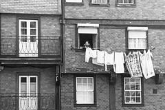 il bucato (maxlancio) Tags: portogallo portugal oporto porto finestra finestre signora panni stesi bucato bianconero bn blackwhite elitegalleryaoi bestcapturesaoi aoi