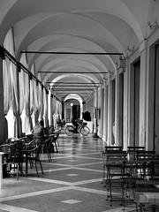 579201908eCERVIA194 (GIALLO1963) Tags: italy europe romagna cervia canoneosr canonrf2870mmf2l street people blackandwhite architecture ngc bycicle