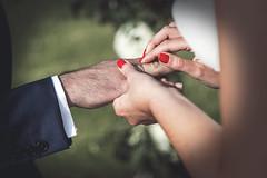 Te pillé! (studiof laboratorio audiovisual) Tags: wedding weddings weddingphotography weddingdress ring rings anillos anillo manos hands spain studiof studiofaudiovisual studioflaboratorioaudiovisual flaviolorenzo españa exteriores bodas fotografiadeboda exterior enlace enlaces