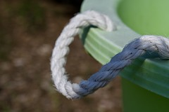 Sans titre (AlainC3) Tags: sceau chaudière corde rope vert green nikond7500 dof blanc white