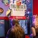 Gamescom-Besucherinnen spielen Final Fantasy VIII - Remastered auf der Nintendo Switch Spielekonsole