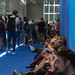 Gamescom-Besucher sitzen auf dem Boden in den Fluren und essen