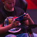Kind spielt Videospiele auf dem Smartphone / Handy