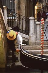 UNE GONDOLE... C'EST UNE ROLLS (Jean d'Hugues) Tags: venise gondole rolls air salin oxydation sel fuel bateaux motorisés canal eau escalier touristes ruelle gondolier lustrer