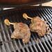 Vorgegarte Grill-Entenkeulen auf dem Grill