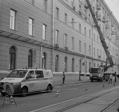 (.Laedin) Tags: 2424 24x24 2424mm film analog monochrome bnw bw blackandwhite street cars photo photography streetphotography carl composition zeiss jena tessar taxona square kodak tmax 100