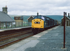 40180 at Garsdale (Kernow Rail Phots) Tags: 40180 class40 40 southbound inspection train tuesday 10th august 1982 1980s 1081982 br britishrail sc settlecarlisle railway railways trains railroad station platforms buildings nameboard dalesrail englishelectric type 4 type4 blue yellow rural guv saloon bluegrey locomotive diesel engine uk britain pennines