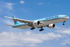 Korean Air - Boeing 777-3B5(ER) / HL8218 @ Manila (Miguel Cenon) Tags: ke ke777 ke77w korean koreanair777 koreanair77w boeing b777 boeing777 b77w boeing77w 777 77w ge90 manila airplanespotting airplane appgroup apegroup airport philippines planespotting ppsg naia nikon d3300 sky aircraft rpll wings widebody widebodyjet wing aviation window wheel wide plane hl8218