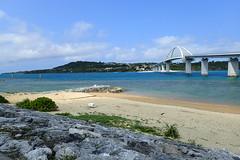 À l'arrière-plan, Sesoko (8pl) Tags: plage pont île eau mer roche rochers sesoko okinawa japon bleu sable buisson herbe