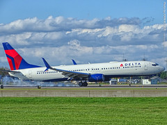 Delta 737-900 landing at MSP Airport, 17 July 2019 (photography.by.ROEVER) Tags: minnesota minneapolis stpaul twincities msp minneapolisstpaulinternationalairport mspairport kmsp airport airplane plane aircraft airliner 2019 july july2019 vacation roadtrip 2019vacation 2019roadtrip evening viewingarea mspaircraftviewingarea deltaairlines dal boeing boeing737 boeing737900 b739 runway12r rwy12r landing flight1344 dal1344 dl1344 sfo ksfo sanfrancisco sanfranciscointernational sanfranciscointl n900du hennepincounty usa