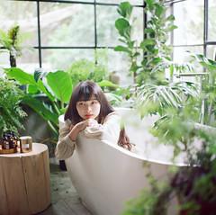 (有喵的生活) Tags: rolleiflex 28f carl zeissfujifilm pro400h tlr 120 6x6 square 負片 taichung taiwan 台灣 浴缸系列 portrait bokeh light 小荳