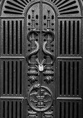 (DeepSane) Tags: london england unitedkingdom bromptoncemetery magnificentseven tombs door