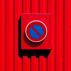 Red and bleu (dono heneman) Tags: red rouge blue bleu urbain urban urbaine ville city panneaudesignalisation trafficsign stationnementinterdit forbiddenparking géométrie carré square cercle circle rezé loireatlantique paysdelaloire france pentax pentaxart pentaxk3 minimaliste minimalisme minimalism