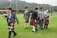 Highland Games / Scotland (gabi lombardo) Tags: scotland scozia people highlandgames kilt gonnescozzesi prato bastoni stöcke berretti calzettoni kniestrümpfe