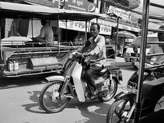 A moto, Kampot, Cambodge, juillet 2019. Riding, Kampot, Cambodia, July 2019. (vdareau) Tags: moto motorbike photographiederue streetphotography blackandwhitephotography photographienoiretblanc noiretblanc blackandwhite kampot cambodia cambodge asiedusudest southeastasia asie asia