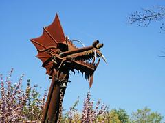 Steampunk dragon, Jardin Compans Caffarelli, Toulouse (Niall Corbet) Tags: france toulouse jardincompanscaffarelli sculpture statue dragon metal