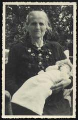 Archiv T524 Großmutter mit Enkelkind, 1940er (Hans-Michael Tappen) Tags: archivhansmichaeltappen grosmutter enkelkind kleidung säugling outfit kleid 1940s 1940er oma grandma