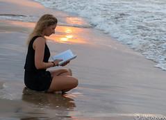 lectura en la orilla (josmanmelilla) Tags: melilla mar agua atardecer puesta sol modelos modelo belleza pwmelilla flickphotowalk pwdmelilla pwdemelilla