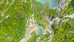 Blick von oben auf die Wasserfälle am Bach Plitvice in Kroatien